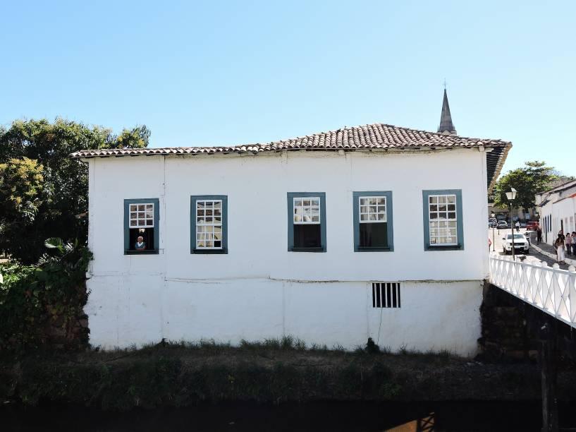 """Cora (de coração) e Coralina (de coral), pseudônimo de Ana Lins dos Guimarães Peixoto Bretas (1889-1985), passou toda a sua vida neste casarão, às margens do Rio Vermelho, na <a href=""""http://viajeaqui.abril.com.br/cidades/br-go-goias"""" rel=""""Cidade de Goiás (GO)"""" target=""""_blank"""">Cidade de Goiás (GO)</a>"""