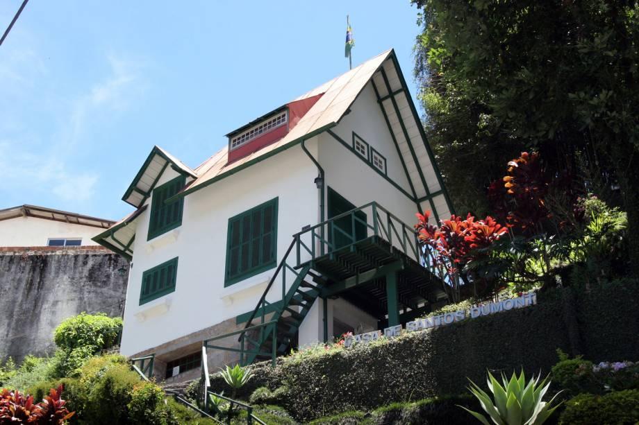 """A <a href=""""http://viajeaqui.abril.com.br/estabelecimentos/br-rj-petropolis-atracao-casa-de-santos-dumont"""" rel=""""Casa de Santos Dumont"""" target=""""_blank"""">Casa de Santos Dumont</a> (A Encantada) é outra construção que vale a visita em Petrópolis (RJ). Considerada moderna na época (foi erguida em 1918), a pequena construção alpina de três pavimentos apresenta todas as criações de Santos Dumont, exceto evidentemente o 14-Bis. Lá estão o chuveiro quente movido a álcool, a famosa escada para apenas um pé (comece subindo com o esquerdo) e os móveis colados na parede. Só não espere encontrar uma cozinha: parece que Dumont não era bom nessa área e um hotel vizinho preparava suas refeições.<br />"""