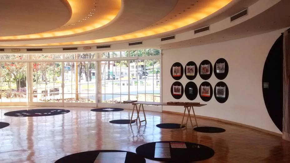 """<strong><a href=""""http://viajeaqui.abril.com.br/estabelecimentos/br-mg-belo-horizonte-atracao-pampulha"""" rel=""""Casa do Baile"""" target=""""_self"""">Casa do Baile</a></strong>            O projeto da casa, também assinado por Oscar Niemeyer, tem um formato peculiar, todo curvado. Quando foi inaugurada em 1943, a casa tinha por objetivo ser um restaurante popular, com uma pista de dança acoplada - uma alternativa ao cassino (que hoje abriga o Museu de Arte), que servia para a alta sociedade mineira. Hoje, o lugar recebe exposições temporárias"""