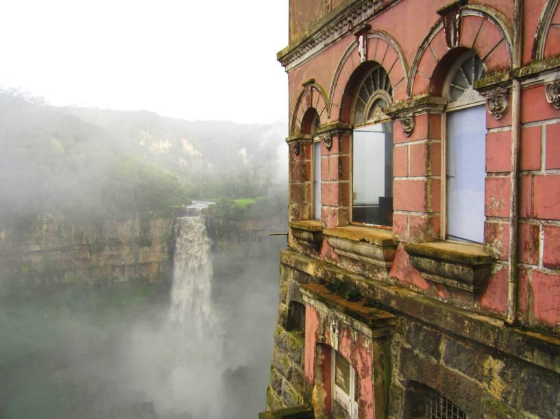 """<strong>Casa e Museu Salto Del Tequendama, <a href=""""http://viajeaqui.abril.com.br/paises/colombia"""" rel=""""Colômbia"""" target=""""_blank"""">Colômbia</a></strong>        A região colombiana de Cundinamarca abriga um cenário que mistura belezas naturais e histórias assombradas. As quedas d'água de Salto Del Tequendama, localizadas a 30 quilômetros da capital <a href=""""http://viajeaqui.abril.com.br/cidades/colombia-bogota"""" rel=""""Bogotá"""" target=""""_blank"""">Bogotá</a>, possuem um entorno bem demarcado por uma intensa vegetação. Em 1928, foi inaugurado o Hotel Del Salto em seus arredores, cujo mirante deixava os hóspedes de frente com a cascata. O problema foi que a atividade do hotel, juntamente com a da hidrelétrica de El Charquito em suas proximidades, passaram a prejudicar a flora e a fauna local, além de representar uma parcela significativa da poluição de suas águas. E não é só isso: lendas urbanas locais contam que muitos moradores procuravam pela cascata, com quedas de 157 metros de altura, para se suicidar. O hotel acabou fechando as portas e, posteriormente, foi abandonado. Em 2014, a construção passou a abrigar a Casa e Museu Salto Del Tequendama, focado em biodiversidade, e foi restaurada – sem, no entanto, perder suas características originais e nem a fama de mal assombrada"""