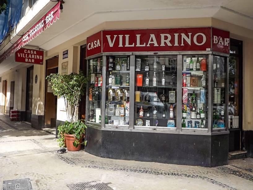 """<strong>PARA CURTIR O CENTRO E ARREDORES</strong> <strong><a href=""""http://www.villarino.com.br/"""" target=""""_blank"""" rel=""""noopener"""">Casa Villarino</a></strong>Um painel fotográfico nos fundos do salão registra um encontro que marcou a história da música brasileira. Inaugurado em 1953, este misto de delicatessen e bar foi o cenário, três anos depois, do convite de Vinicius de Moraes a Tom Jobim para musicar a peça Orfeu da Conceição, dando início a uma longa parceria. A aura do passado ainda resiste no ambiente escurinho e demodê, com piso de ladrilho e mesas com tampo de mármore. A casa só funciona de segunda a sexta (até 21h) e não serve chope. Cerveja e doses de uísque escoltam porções de frios e sanduíches de rosbife ou carne assada. Dica: aproveite para casar uma visita (agendada) à <a href=""""http://viajeaqui.abril.com.br/estabelecimentos/br-rj-rio-de-janeiro-atracao-academia-brasileira-de-letras"""" target=""""_blank"""" rel=""""noopener"""">Academia Brasileira de Letras</a>, que fica pertinho dali <em>Av. Calógeras, 6 (Centro), (21) 2240-1627</em>"""