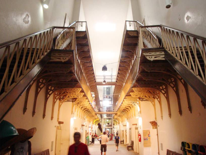 """<strong>5. <a href=""""http://viajeaqui.abril.com.br/estabelecimentos/br-pe-recife-atracao-casa-da-cultura"""" rel=""""CASA DA CULTURA"""" target=""""_blank"""">CASA DA CULTURA</a></strong> (600 metros)        As celas da antiga Casa de Detenção viraram 130 boxes para a venda de artesanato.<em>Rua Floriano Peixoto, s/nº, Santo Antônio</em>"""
