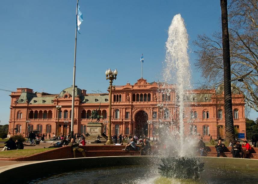 """<strong>Plaza de Mayo – </strong><a href=""""http://viajeaqui.abril.com.br/cidades/ar-buenos-aires"""" target=""""_blank"""" rel=""""noopener""""><strong>Buenos Aires</strong></a><strong> – <a href=""""https://viagemeturismo.abril.com.br/paises/argentina-2/"""" target=""""_blank"""" rel=""""noopener"""">Argentina</a></strong> Palco tradicional das manifestações do país desde sua construção em 1810, a bela Plaza de Mayo é um ponto de partida para turistar por Buenos Aires. Ela fica entre a Casa Rosada (sede do governo argentino), a prefeitura e a Catedral Metropolitana de Buenos Aires. No seu canto norte está a principal sede do Bando de la Nación, um amplo edifício de 1939 que vale a pena visitar. Dali, é possível caminhar até o bairro de San Telmo, para o tradicional Café Tortoni (a poucos metros da praça), para a Calle Florida e o Parque San Martí. Se quiser observar a incansável força política dos argentinos, as Mães da Praça de Maio se reúnem toda quinta-feira às 3h30 da tarde para protestar pela investigação do desaparecimento de seus filhos durante a época da ditadura, e outras causas sociais<em><a href=""""https://www.booking.com/searchresults.pt-br.html?aid=332455&sid=d98f25c4d6d5f89238aebe98e11a09ba&sb=1&src=searchresults&src_elem=sb&error_url=https%3A%2F%2Fwww.booking.com%2Fsearchresults.pt-br.html%3Faid%3D332455%3Bsid%3Dd98f25c4d6d5f89238aebe98e11a09ba%3Btmpl%3Dsearchresults%3Bac_click_type%3Db%3Bac_position%3D0%3Bcity%3D-126693%3Bclass_interval%3D1%3Bdest_id%3D-2601889%3Bdest_type%3Dcity%3Bdtdisc%3D0%3Bfrom_sf%3D1%3Bgroup_adults%3D2%3Bgroup_children%3D0%3Biata%3DLON%3Binac%3D0%3Bindex_postcard%3D0%3Blabel_click%3Dundef%3Bno_rooms%3D1%3Boffset%3D0%3Bpostcard%3D0%3Braw_dest_type%3Dcity%3Broom1%3DA%252CA%3Bsb_price_type%3Dtotal%3Bsearch_selected%3D1%3Bshw_aparth%3D1%3Bslp_r_match%3D0%3Bsrc%3Dsearchresults%3Bsrc_elem%3Dsb%3Bsrpvid%3De90b7b79265b018f%3Bss%3DLondres%252C%2520Grande%2520Londres%252C%2520Reino%2520Unido%3Bss_all%3D0%3Bss_raw%3Dlondres%3Bssb%3Dempty%3Bsshis%3D0%3Bssne%3DRoma%3Bssne_un"""