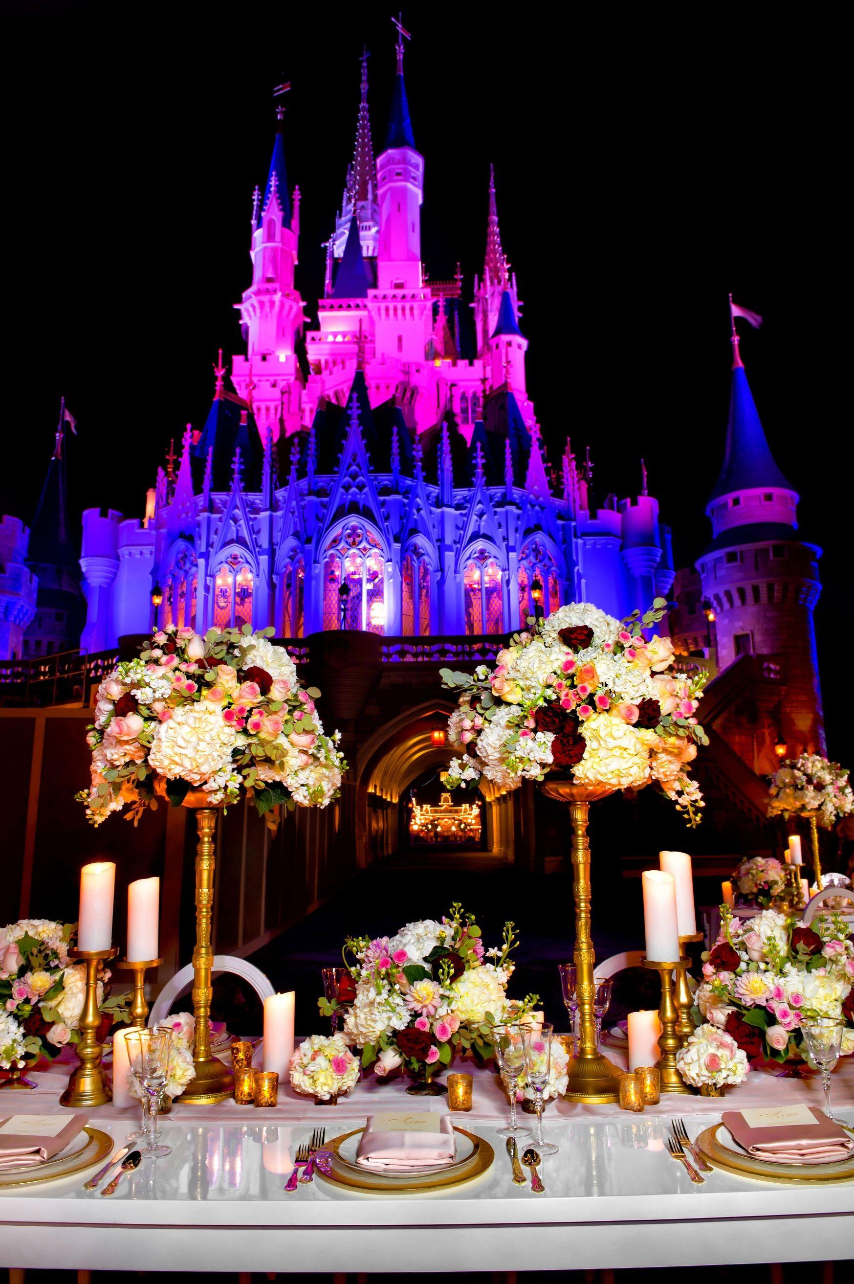 Mesa posta para os convidados (não pode ser muita gente!) e o Castelo da Cinderela iluminado à noite - uma cena bem exclusiva, já que a multidão de visitantes diários já se foi