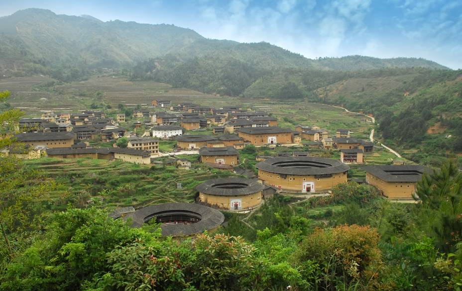 """<strong>Fujian, <a href=""""http://viajeaqui.abril.com.br/paises/china"""" rel=""""China"""" target=""""_blank"""">China</a>: tulou (ou hakka)</strong>Este tipo de casa é sempre encontrado em comunidades familiares, geralmente em áreas rurais do sul da China. Sem janelas para o exterior e com apenas uma entrada, sua arquitetura tem finalidade defensiva contra ladrões. Os 46 exemplares da vila de Fujian são considerados patrimônios mundiais pela Unesco"""
