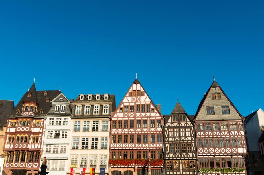 """<strong><a href=""""http://viajeaqui.abril.com.br/paises/alemanha"""" rel=""""Alemanha"""" target=""""_blank"""">Alemanha</a>: casas enxaimel</strong>        As moradias mais típicas e tradicionais da Alemanha são as famosas casinhas de estilo enxaimel. Elas são caracterizadas pelo telhado pontudo - que facilita o escoamento de neve - e pela estrutura de madeira, que pode ser vistas do lado de fora, fortificando as paredes externas. Inclusive, em colônias alemãs fora da <a href=""""http://viajeaqui.abril.com.br/continentes/europa"""" rel=""""Europa"""" target=""""_blank"""">Europa</a>, é muito comum encontrar exemplares deste tipo de arquitetura. Aqui no <a href=""""http://viajeaqui.abril.com.br/paises/brasil"""" rel=""""Brasil"""" target=""""_blank"""">Brasil</a>, as cidades de <a href=""""http://viajeaqui.abril.com.br/cidades/br-sc-blumenau"""" rel=""""Blumenau"""" target=""""_blank"""">Blumenau</a>, <a href=""""http://viajeaqui.abril.com.br/cidades/br-rs-gramado"""" rel=""""Gramado"""" target=""""_blank"""">Gramado</a> e <a href=""""http://viajeaqui.abril.com.br/cidades/br-sc-joinville"""" rel=""""Joinville"""" target=""""_blank"""">Joinville</a> são conhecidas por adotarem o costume de construir casas assim, apesar do clima mais quente"""
