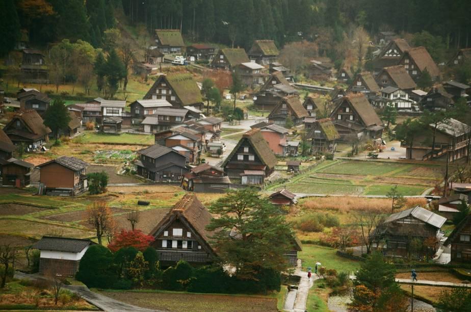 """<strong><a href=""""http://viajeaqui.abril.com.br/paises/japao"""" rel=""""Japão"""" target=""""_blank"""">Japão</a>: casas minka</strong>    Parece uma pequena vila europeia, mas não é. Construídas com materiais originários de regiões rurais do Japão, as casas no estilo minka foram originalmente arquitetadas com o intuito de abrigar pessoas de classes sociais mais humildes, como agricultores, comerciantes e artesãos. Sua estrutura é de madeira e não faz uso de nenhum prego, mas o elemento que chama mais atenção é o telhado, que parece felpudo e realmente protege da neve e do frio intenso!"""