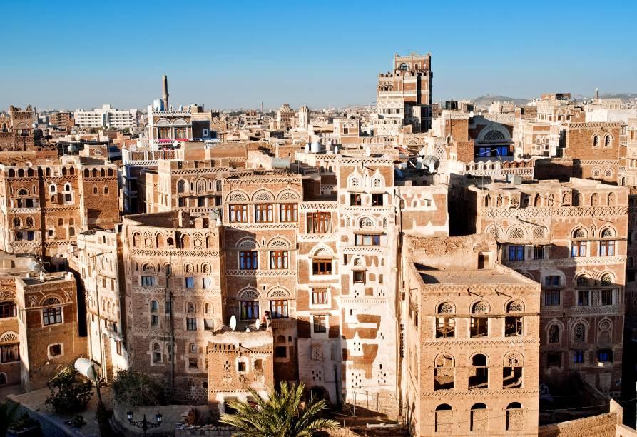 <strong>Saná, Iêmen: casas torre</strong>Toda a parte velha da cidade de Saná é repleta de edifícios de arquitetura peculiar. Essas estreitas e altas casas torre foram construídas apenas com terra batida. Devido à influência islâmica na região, essas habitações também detêm entalhes intrincados em suas portas e janelas