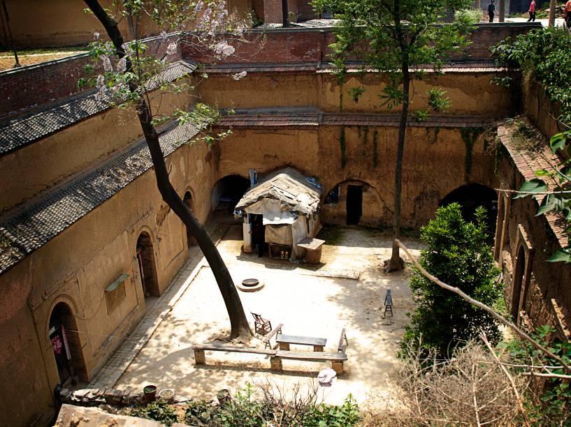 """<strong>Norte da <a href=""""http://viajeaqui.abril.com.br/paises/china"""" rel=""""China"""" target=""""_blank"""">China</a>: yaodong</strong>A tradição deste tipo de moradia chinesa remonta há milhares de anos. O yaodong é um tipo de caverna, moldada em forma de arco, com cerca de oito metros de profundidade e três de largura e altura. Elas ainda existem em algumas partes da China e são encontradas em três estilo: pedra, tijolo e terra. Uma família chega a ocupar de três a cinco tocas!"""