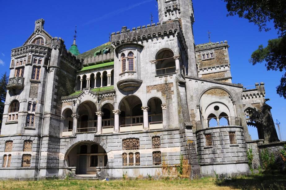 """<strong>Castelo da Dona Chica, <a href=""""http://viajeaqui.abril.com.br/cidades/portugal-braga"""" rel=""""Braga"""" target=""""_blank"""">Braga</a>, <a href=""""http://viajeaqui.abril.com.br/paises/portugal"""" rel=""""Portugal"""" target=""""_blank"""">Portugal</a></strong>        Erguido no início do século 20 pelo arquiteto suíço Ernesto Korrodi, o castelo tem uma arquitetura mista que preserva os traços históricos, neogóticos e românticos de Braga. Localizada no coração da região do Minho, a cidade é popularmente conhecida como a Roma portuguesa graças à sua fundação, feita por romanos, e às suas ruínas. Por outro lado, as atrações seculares, como igrejas, jardins, parques e solários datados do século 18, preservam muito de sua autonomia. A Dona Chica, que batiza o nome do castelo foi, na verdade, a riquíssima brasileira Francisca Peixoto Rego, que mandou erguer a construção para organizar festas destinadas à Alta Sociedade local. No entanto, as brigas com o marido, na época com o português João José Ferreira do Rego, culminaram no fim do relacionamento e na interrupção das obras. O castelo rústico, que nunca chegou a ser habitado, foi concluído somente em 1991 e hoje encontra-se em completo estado de degradação"""
