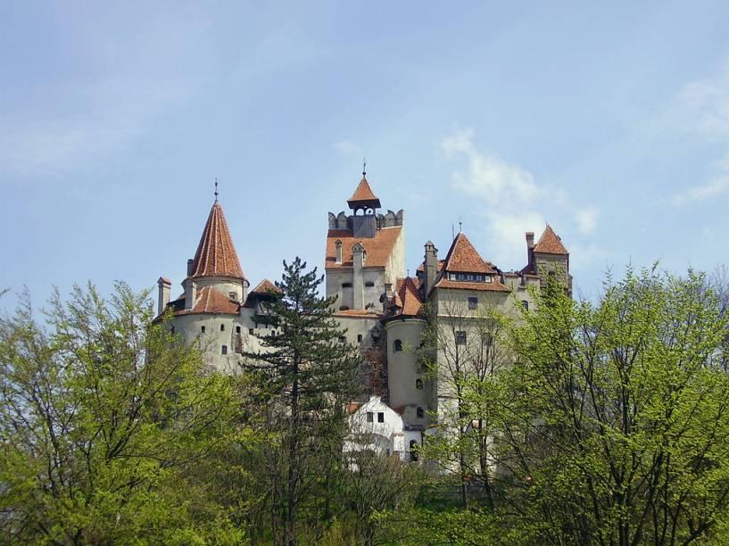 """<strong>Castelo de Bran, <a href=""""http://viajeaqui.abril.com.br/cidades/romenia-transilvania"""" rel=""""Transilvânia"""" target=""""_blank"""">Transilvânia</a>, <a href=""""http://viajeaqui.abril.com.br/paises/romenia"""" rel=""""Romênia"""" target=""""_blank"""">Romênia</a></strong>        Vlad III, o nobre que defendeu sua amada Valáquia dos infiéis otomanos, entrou para a história como um terrível empalador. Nas mãos de Bram Stocker, virou um vampirão sedento de sangue, uma alma penada aterrorizando os pescoços alheios. Foi pela pena do romancista britânico que este castelo na fronteira entre a Valáquia e a Transilvânia tornou-se a residência oficial do Drácula. Todavia, há poucas evidências de que um dia Vlad viveu (ou mesmo passou) por aqui. De qualquer forma, hoje o local é listado como patrimônio nacional da Romênia e atrai milhares de turistas todos os anos"""