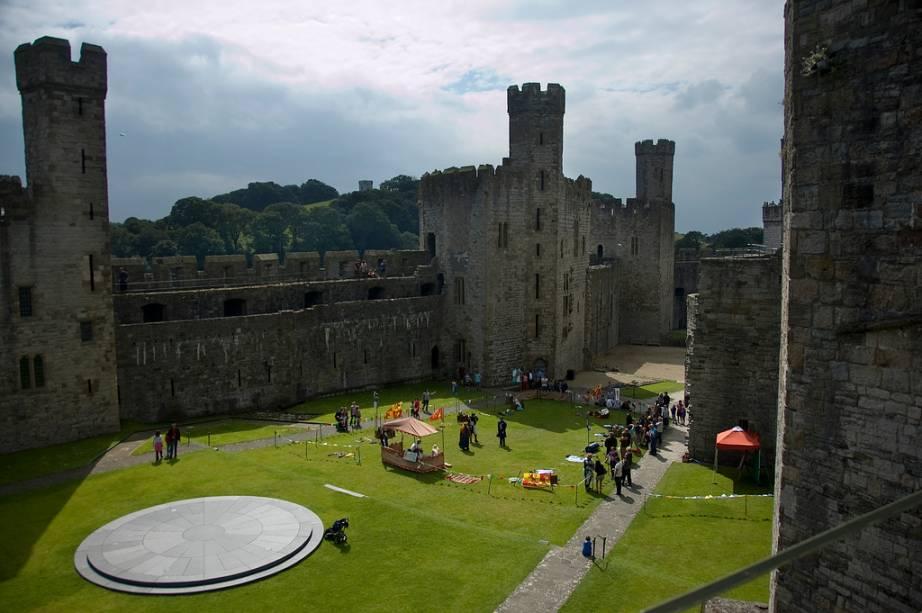 """<strong>Castelo de Caernarfon, <a href=""""http://viajeaqui.abril.com.br/paises/pais-de-gales"""" rel=""""País de Gales"""" target=""""_blank"""">País de Gales</a></strong>        Eduardo I, o rei malvado da tresloucada fita <em>Coração Valente</em>, empreendeu uma longa campanha de ocupação da <a href=""""http://viajeaqui.abril.com.br/paises/reino-unido"""">Grã-Bretanha</a>, estendendo sua dominação não só em direção à <a href=""""http://viajeaqui.abril.com.br/paises/escocia"""" rel=""""Escócia"""" target=""""_blank"""">Escócia</a>, mas também ao <a href=""""http://viajeaqui.abril.com.br/paises/pais-de-gales"""">País de Gales</a>. Aqui, ele ergueu uma rede de fortificações para consolidar suas conquistas. Beaumaris, Conwy e Harlech são alguns destes castelos, coletivamente listados como patrimônio da humanidade. Contudo, o mais emblemático de todos é Caernarfon (foto), onde até hoje os Príncipes de Gales – os herdeiros do trono britânico – são ungidos"""