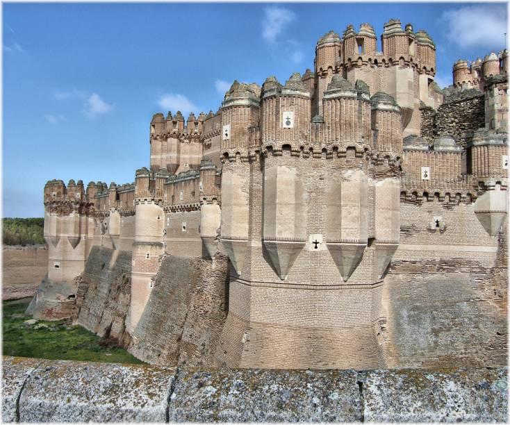 """<strong>Castelo de Coca, <a href=""""http://viajeaqui.abril.com.br/paises/espanha"""" rel=""""Espanha"""" target=""""_blank"""">Espanha</a></strong>                        Há uma boa razão pela qual há duas regiões da <a href=""""http://viajeaqui.abril.com.br/paises/espanha"""">Espanha</a> que são conhecidas como Castela. Castilla-La Mancha e Castilla y León são salpicadas por dezenas de castelos medievais, simples ou imensos, testemunhas do longo e belicoso período que marcou a Reconquista. De lado a lado cristãos e mouros – e seus aliados, que poderiam ser tanto, vejam só, cristãos ou mouros – levantaram, conquistaram, sitiaram, ampliaram e reformaram fortificações. Boa parte destas magníficas construções são importantes atrações turísticas como o <a href=""""http://viajeaqui.abril.com.br/estabelecimentos/espanha-segovia-atracao-alcazar-de-segovia"""">Alcázar de Segóvia</a> e o Castillo de La Mota. O Castelo de Coca, próximo a <a href=""""http://viajeaqui.abril.com.br/cidades/espanha-segovia"""">Segóvia</a>, tem todos os elementos que o tornam perfeito em nossas imaginações infantis: torres, ameias, fosso e ponte"""