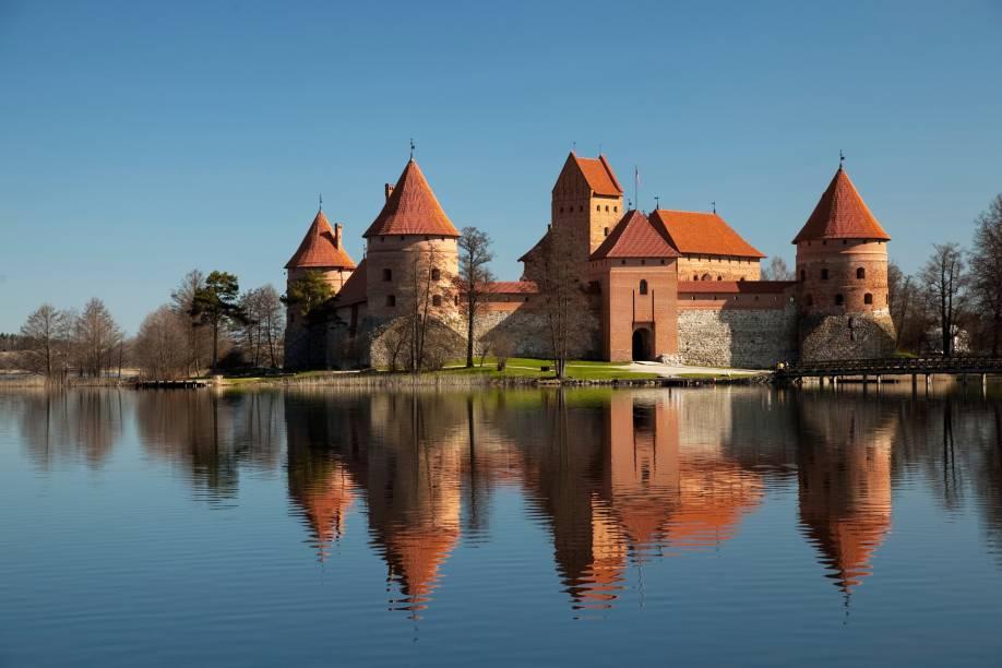 Em Trakai, a 30 quilômetros de Vilnius, o castelinho gótico já virou cartão-postal do país