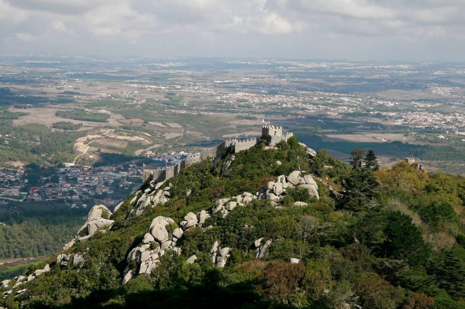 """<strong>Castelo dos Mouros, <a href=""""http://viajeaqui.abril.com.br/paises/portugal"""" rel=""""Portugal"""" target=""""_blank"""">Portugal</a></strong>                            A pequena vila de <a href=""""http://viajeaqui.abril.com.br/cidades/portugal-sintra"""" rel=""""Sintra"""" target=""""_blank"""">Sintra</a>, próxima a <a href=""""http://viajeaqui.abril.com.br/cidades/portugal-lisboa"""" rel=""""Lisboa"""" target=""""_blank"""">Lisboa</a>, possui uma tríade de atrações arrebatadoras. No centrinho está o superlativo <a href=""""http://viajeaqui.abril.com.br/estabelecimentos/portugal-sintra-atracao-palacio-nacional-de-sintra"""" rel=""""Palácio Nacional de Sintra"""" target=""""_blank"""">Palácio Nacional de Sintra</a>, enquanto que no alto das colinas encontra-se o colorido e encantador <a href=""""http://viajeaqui.abril.com.br/estabelecimentos/portugal-sintra-atracao-palacio-da-pena"""" rel=""""Palácio da Pena"""" target=""""_blank"""">Palácio da Pena</a>. E, incrustado sobre as rochas, serpenteiam as torres e muralhas do outrora inexpugnável <a href=""""http://viajeaqui.abril.com.br/estabelecimentos/portugal-sintra-atracao-castelo-dos-mouros"""" rel=""""Castelo dos Mouros"""" target=""""_blank"""">Castelo dos Mouros</a>. Sim, boa parte de Portugal esteve sob domínio do Islã entre os séculos 8 e 11, quando foi definitivamente reconquistada por Dom Afonso Henriques. O castelo dos mouros é o único dos três criado para questões defensivas, contando com cisternas e uma cidadela"""