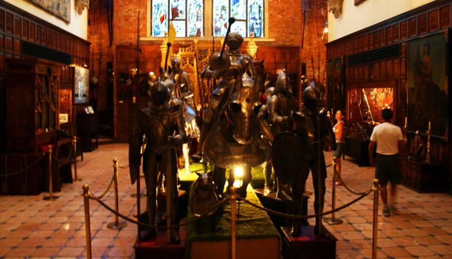 O interior de seu imponente castelo guarda uma coleção de mais de três mil armas e armaduras medievais