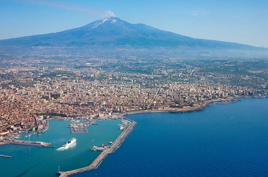 """Vista aérea de <a href=""""http://viajeaqui.abril.com.br/cidades/italia-catania"""" rel=""""Catânia"""">Catania</a>, cidadezinha italiana localizada ao sopé do vulcão Etna, na Sicília"""