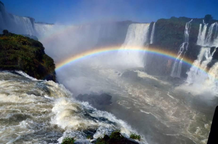 Por causa dos fortes jatos dágua, a formação de arco-íris em diversos pontos das Cataratas é constante - e eles ficam ainda mais aparentes em dias ensolarados