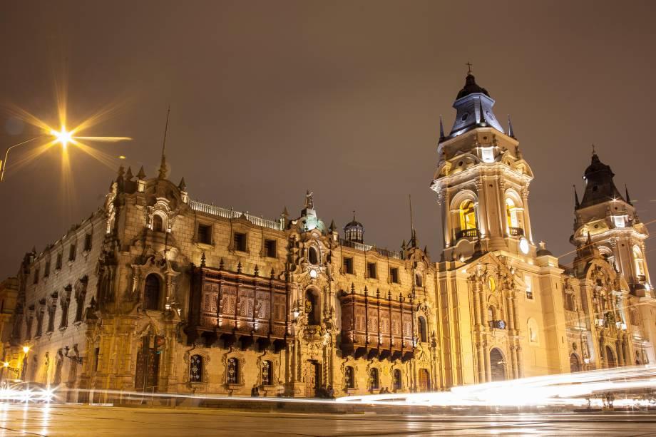 Inaugurada em 1538, a Catedral de Lima foi construída em estilo barroco e é um dos principais cartões postais da capital peruana. Ao longo dos anos, sua fachada foi reconstruída cinco vezes devido aos terremotos que assolavam o país na época. Apesar disso, ela ainda preserva boa parte dos traços de sua arquietetura original. Seu interior é repleto de mosaicos e inclui uma capela de mármore, que guarda os restos mortais do explorador Francisco Pizarro, e um museu com peças religiosas de arte