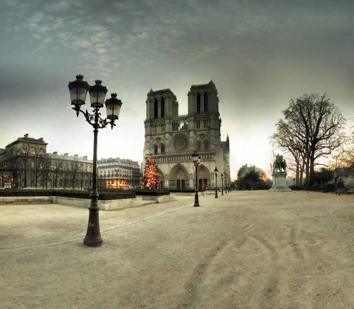 """A tradicional <a href=""""http://viajeaqui.abril.com.br/estabelecimentos/franca-paris-atracao-catedral-de-notre-dame"""" rel=""""Catedral de Notre-Dame"""" target=""""_self"""">Catedral de Notre-Dame</a> é o marco zero de Paris. Sua arquitetura em estilo gótico é imponente e impressiona os visitantes – e inspirou diversas construções ao redor do mundo"""