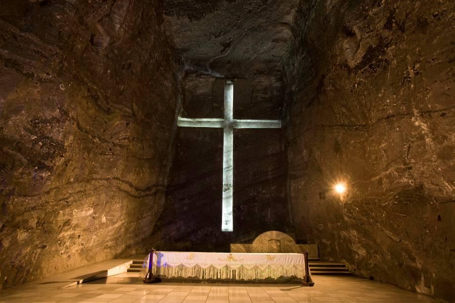 """<strong>Zipaquirá</strong>                A Colômbia está entre as nações mais católicas da <a href=""""http://viajeaqui.abril.com.br/continentes/america-do-sul"""" rel=""""América do Sul"""" target=""""_blank"""">América do Sul</a>. Um exemplo clássico dessa religiosidade é a Catedral de Sal (foto), construída no interior de uma das minas de sal da cidade de Zipaquirá. Seu interior é marcado por uma passagem de luz fosforescente em meio a uma arquitetura única esculpida pela mineração                <em><a href=""""http://www.booking.com/city/co/zipaquira.pt-br.html?aid=332455&label=viagemabril-cenarios-da-colombia"""" rel=""""Veja preços de hotéis em Zipaquirá no Booking.com"""" target=""""_blank"""">Veja preços de hotéis em Zipaquirá no Booking.com</a></em>"""