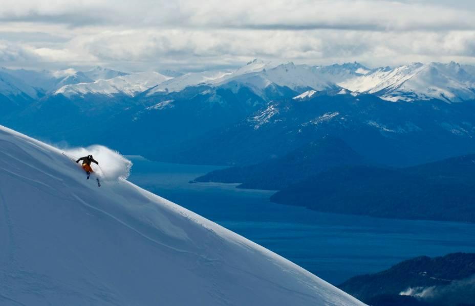 No Cerro Catedral de Bariloche, há38 meios de elevação que transportam cerca de 35 mil esquiadores por hora por 120 km de pistas, marcadas ou não, em um desnível de 1150 metros