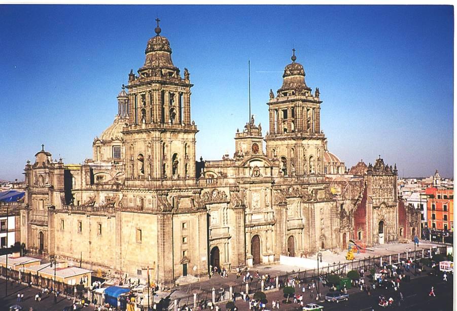 """<strong>MÉXICO COLONIAL</strong>    Além do prodigioso mar caribenho, o <a href=""""http://viajeaqui.abril.com.br/paises/mexico"""" rel=""""México"""" target=""""_blank"""">México</a> guarda tesouros da cultura maia com mais de 2 000 anos. Neste tour de oito noites em hotéis simples, três são na <a href=""""http://viajeaqui.abril.com.br/cidades/mexico-cidade-do-mexico"""" rel=""""Cidade do México"""" target=""""_blank"""">Cidade do México</a>, onde a arquitetura colonial e a arte de Frida Kahlo merecem um brinde de tequila, duas em Mérida, base de um passeio para <a href=""""http://viajeaqui.abril.com.br/estabelecimentos/mexico-cancun-atracao-chichen-itza"""" rel=""""Chichén Itzá"""" target=""""_blank"""">Chichén Itzá</a> (capital da civilização maia e uma das Novas Sete Maravilhas do Mundo), e três em <a href=""""http://viajeaqui.abril.com.br/cidades/mexico-cancun"""" rel=""""Cancún"""" target=""""_blank"""">Cancún</a>. Na capital, inclui city tour e excursão ao sítio arqueológico de <a href=""""http://viajeaqui.abril.com.br/estabelecimentos/mexico-cidade-do-mexico-atracao-teotihuacan"""" rel=""""Teotihuacán"""" target=""""_blank"""">Teotihuacán</a>.    <strong>QUANDO:</strong> Até 5 de dezembro    <strong>QUEM LEVA:</strong> A <a href=""""http://pisa.tur.br"""" rel=""""Pisa Trekkin"""" target=""""_blank"""">Pisa Trekkin</a>g (11/5052-4085)    <strong>QUANTO:</strong> US$ 2 149"""