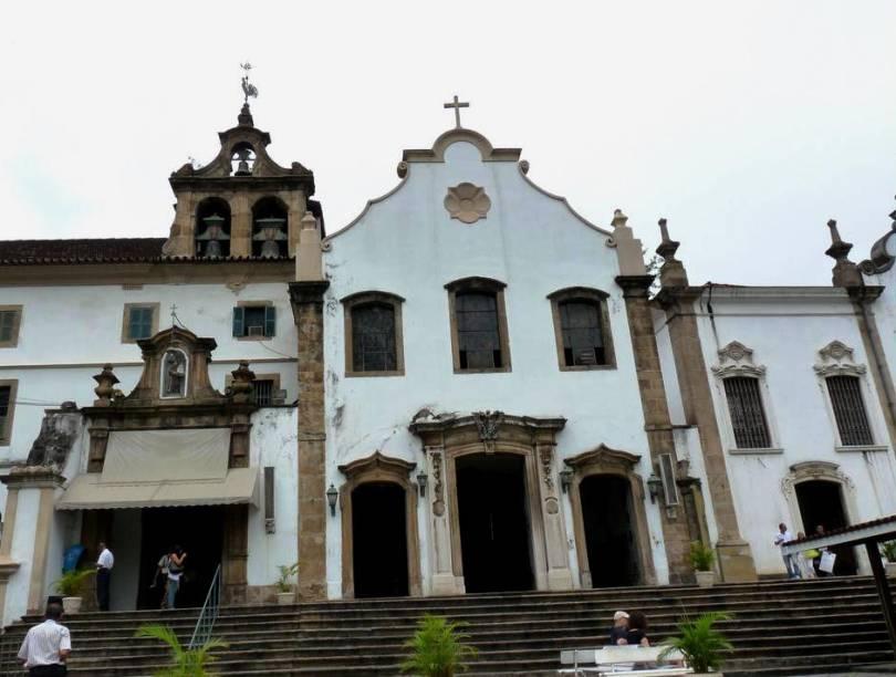 """<strong>4. <a href=""""http://viajeaqui.abril.com.br/estabelecimentos/br-rj-rio-de-janeiro-atracao-igreja-de-sao-francisco-da-penitencia"""" rel=""""Igreja de São Francisco da Penitência"""" target=""""_blank"""">Igreja de São Francisco da Penitência</a></strong>        Não se iluda pela fachada simples do prédio localizado no Largo da Carioca, no Centro da cidade. O interior é ricamente decorado com folhas de ouro e entalhes no cedro, feitos pelo artista Francisco Xavier de Brito (mestre de Aleijadinho)"""