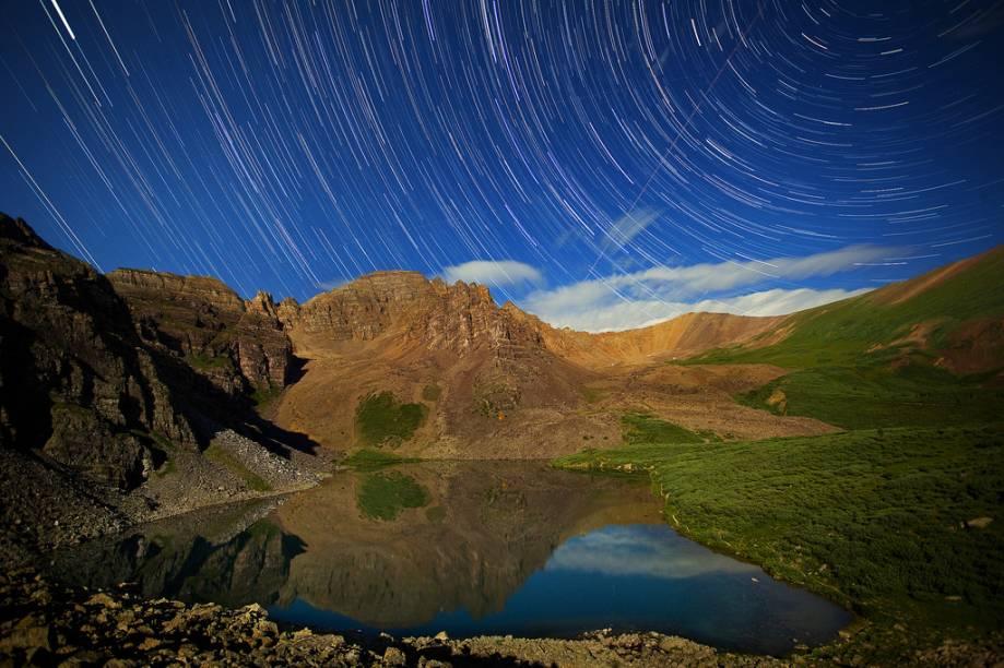 Traços de estrelas em Cathedral Lake, na região de Aspen-Snowmass