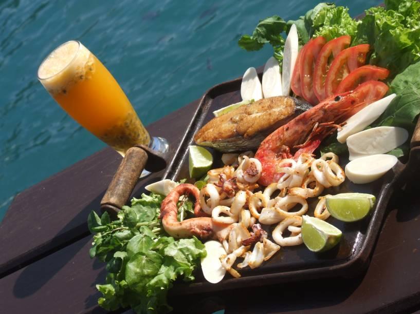 """<a href=""""http://viajeaqui.abril.com.br/estabelecimentos/br-rj-paraty-restaurante-ehlaho"""" rel=""""Eh-Lahô"""" target=""""_blank""""><strong>Eh-Lahô</strong></a>Localizado na Ilha do Catimbau, o restaurante é especializado em frutos do mar grelhados<br /><strong>Onde:</strong> Ilha do Catimbau (45 minutos de barco); <strong>tel.: </strong>(24) 3371-1847<br /><strong>Horário de funcionamento:</strong> das 12h às 18h"""