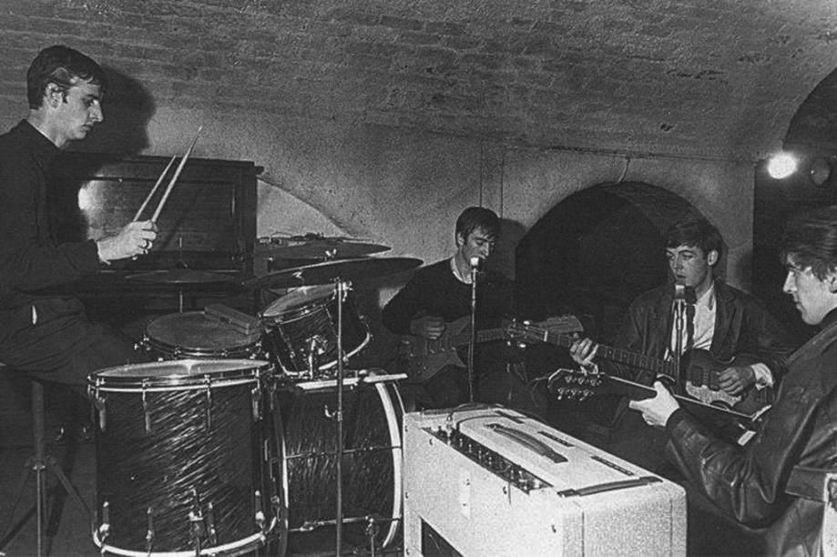 """<strong>Liverpool, <a href=""""http://viajeaqui.abril.com.br/paises/reino-unido"""">Inglaterra</a></strong>Como se sabe, a cidade inglesa deu ao mundo os Beatles. Assim como Hamburgo, seus bares assistiram ao início da história da banda, nos anos 1960, que dois anos depois teria seu primeiro sucesso no Reino Unido, <em>Love Me Do</em>. O Cavern Club (foto) foi um dos bares onde Paul McCartney, Ringo Starr, John Lennon e George Harrison tocaram pela primeira vez (e depois fizeram mais de 300 apresentações). Hoje o reduto fica do outro lado da rua do original, que foi demolido em 1973, mas o local mantém os mesmos tijolos e possui praticamente o mesmo prestígio do primeiro. <a href=""""http://www.visitbritain.com/pt/Things-to-do/Leisure-and-Entertainment/Beatles-Britain.htm"""">Conheça a Grã-Bretanha dos Beatles</a>"""