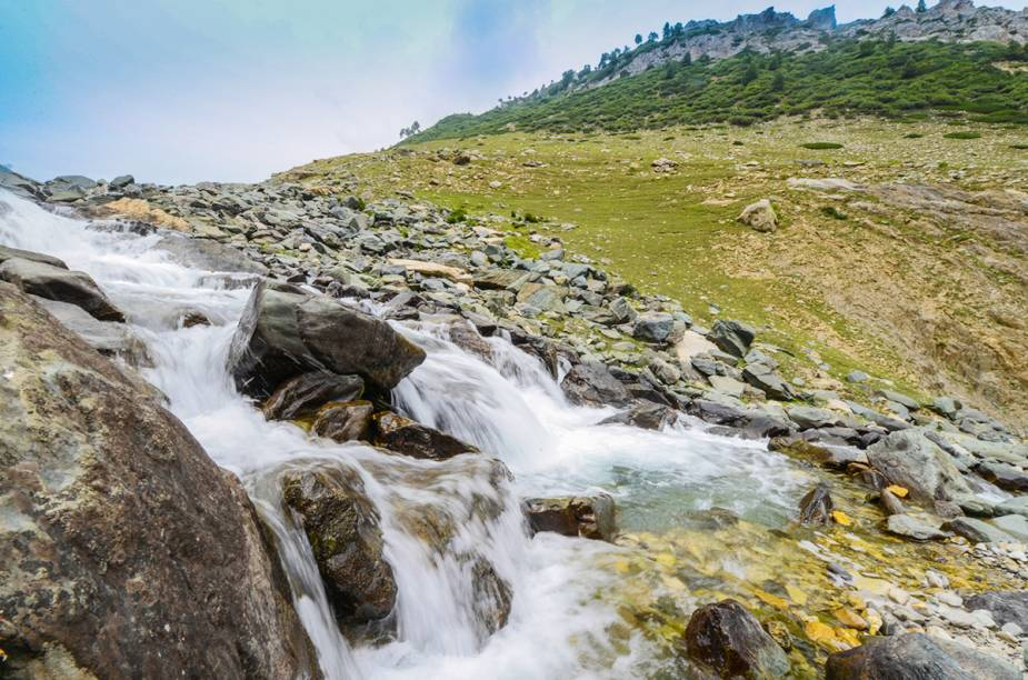 """<strong>CAXEMIRA INDIANA </strong>Mesmo com essa tensão, a Caxemira impressiona com suas belezas naturais: o Himalaia e as montanhas do Pir Panjal são o pano de fundo da paisagem, que é também coberta por vales verdejantes e lindos rios. Se quiser arriscar uma viagem até lá, escolha a cidade de Srinagar como base, onde é possível se hospedar em estilosos barcos transformados em hotéis e passear de """"shikaras"""" (uma embarcação parecida com a gôndola) pelo lago Dal, cheio de flores de lótus. Srinagar também possui belíssimas construções, como a mesquita de Hazratbal que, segundo a crença muçulmana, abriga alguns fios de cabelo de Maomé."""