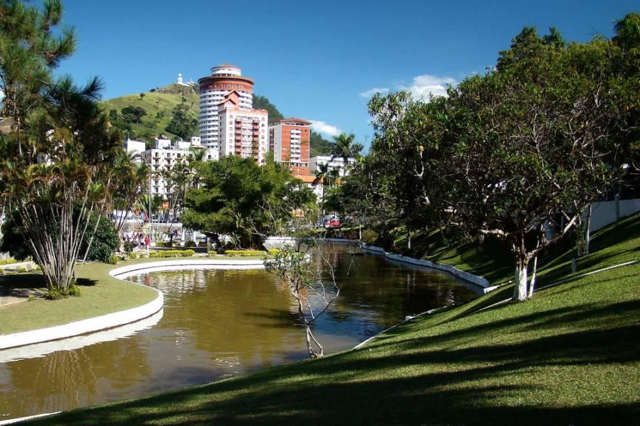 <strong>Águas de Lindoia (2 dias)</strong> Além dos serviços de spa e dos banhos de imersão do balneário, tem lojas de malhas e passeios de jipe por fazendas da região.