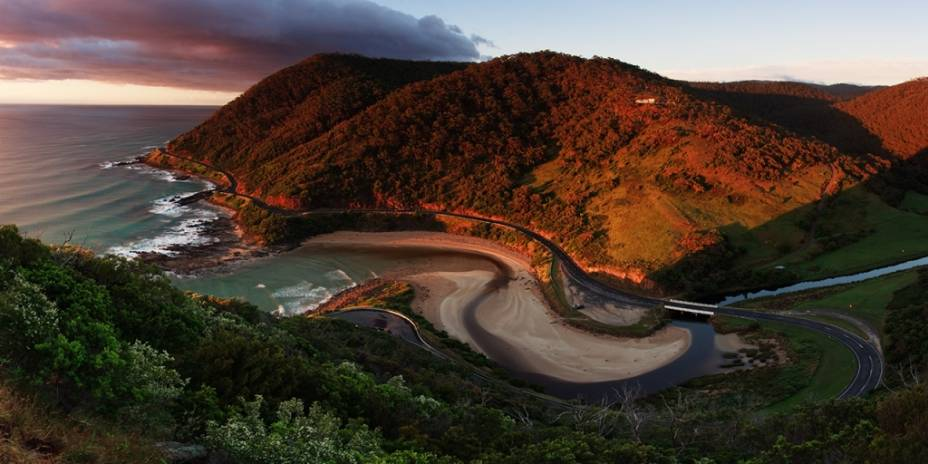 """<strong><a href=""""http://viajeaqui.abril.com.br/estabelecimentos/australia-melbourne-atracao-great-ocean-road"""" rel=""""Great Ocean Road"""" target=""""_blank"""">Great Ocean Road</a>, Austrália</strong>Os 243 quilômetros que separam Torquay de Warnambool, no sul da <a href=""""http://viajeaqui.abril.com.br/paises/australia"""" rel=""""Austrália"""" target=""""_blank"""">Austrália</a>, são unidos pela rodovia B100, que margeia o litoral de Victoria. Curiosamente este não é o caminho mais curto entre as cidades, mas, com vistas como a dos Doze Apóstolos, ninguém se preocupa em percorrer algumas milhas a mais"""