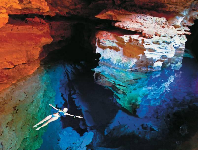 Poço Azul na caverna do Parque Nacional da Chapada Diamantina na Bahia. Em contato com a água, os raios de sol revelam diversos tons de azul e belas formações rochosas