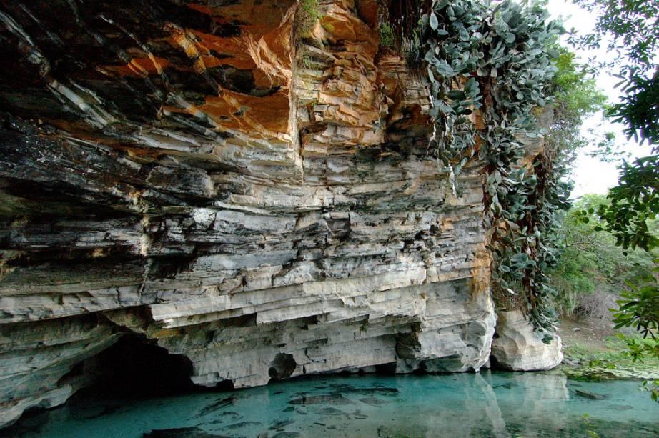Gruta da Pratinha, um rio de água azul-clarinha que brota de dentro da gruta formando uma enorme praia