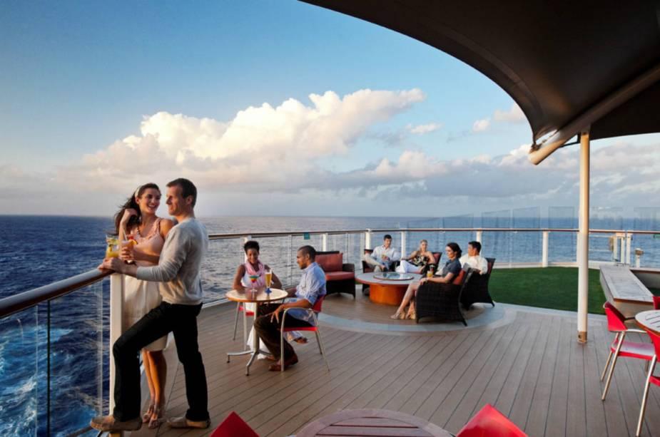 """<a href=""""http://bit.ly/agxtrv"""" rel=""""AGAXTUR"""" target=""""_blank""""><strong>AGAXTUR</strong></a> (11/3067-0900)                    <strong>O QUE ELA FAZ POR VOCÊ:</strong>Para descansar o viajante, reserva uma noite de hotel antes do embarque.                    <strong>PACOTES:</strong>Após a noite em hotel de San Juan, capital de Porto Rico, o tour segue no renovado <a href=""""http://bit.ly/clbrtcrs"""" rel=""""Celebrity Summit"""" target=""""_blank"""">Celebrity Summit</a> para <a href=""""http://viajeaqui.abril.com.br/paises/barbados"""" rel=""""Barbados"""" target=""""_blank"""">Barbados</a>, St. Lucia, Antígua, <a href=""""http://viajeaqui.abril.com.br/paises/saint-martin-sint-maarten"""" rel=""""St. Maarten"""" target=""""_blank"""">St. Maarten</a> e St. Thomas, em sete noites. A bordo, o forte são os shows e as festas com DJs de grife. Desde R$ 6 699. Também com pernoite em San Juan, o roteiro do Adventure, da <a href=""""http://bit.ly/rcbbean"""" rel=""""Royal"""" target=""""_blank"""">Royal</a>, costeia St. Thomas, St. Kitts, <a href=""""http://viajeaqui.abril.com.br/paises/aruba"""" rel=""""Aruba"""" target=""""_blank"""">Aruba</a> e <a href=""""http://viajeaqui.abril.com.br/paises/curacao"""" rel=""""Curaçao"""" target=""""_blank"""">Curaçao</a>, em oito noites, por R$ 5 499."""