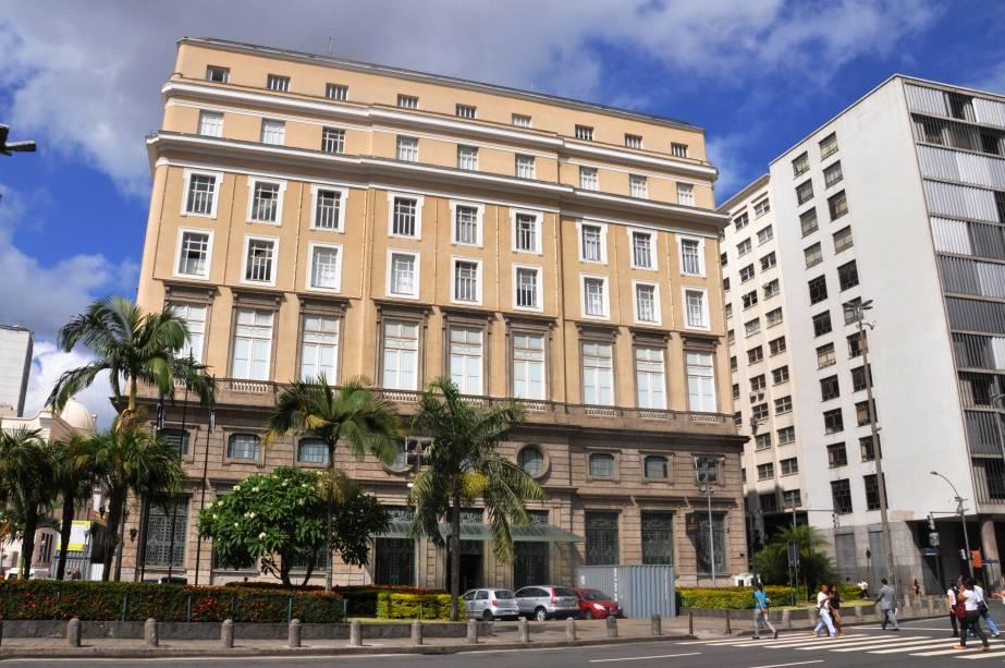 """<strong>6. <a href=""""http://viajeaqui.abril.com.br/estabelecimentos/br-rj-rio-de-janeiro-atracao-centro-cultural-banco-do-brasil"""" rel=""""CENTRO CULTURAL BANCO DO BRASIL"""" target=""""_self"""">CENTRO CULTURAL BANCO DO BRASIL</a></strong>(110 metros)            A ex-sede do Banco do Brasil sempre tem umauma boa exposição em cartaz. No 4º andar há um vasto acervo de medalhas, cédulas e moedas.            <em>Endereço: Rua 1º de Março, 66</em>"""