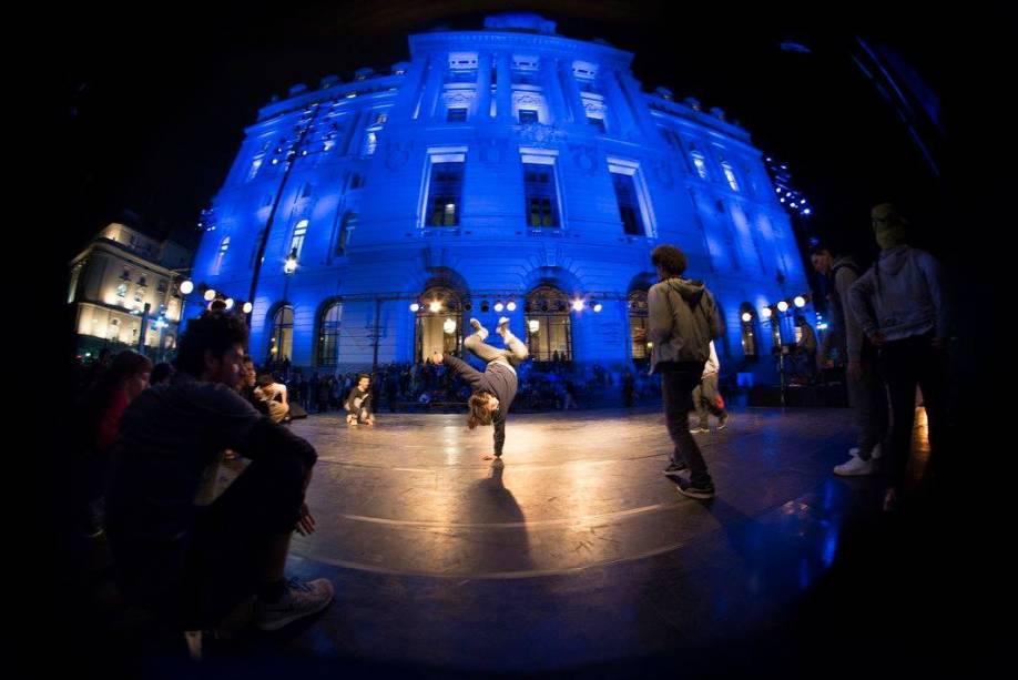 """<strong>6. Centro Cultural Kirchner</strong>    O <a href=""""http://bit.ly/ckirchner"""" rel=""""Centro Cultural Kirchner"""" target=""""_blank"""">Centro Cultural Kirchner</a> foiInaugurado no velho Palácio dos Correios, onde 40 espaços para exposições se espalham por nove pisos. O auge é a La Ballena Azul, sala com concertos para 1 750 pessoas. <em>(Calle Bouchard, 350)</em>"""