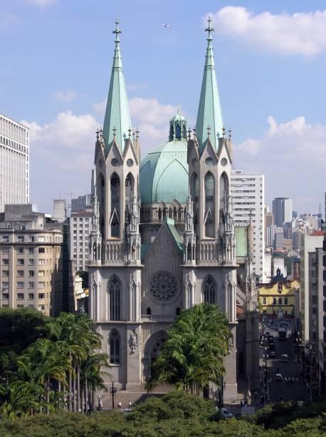 """<a href=""""http://viajeaqui.abril.com.br/estabelecimentos/br-sp-sao-paulo-atracao-catedral-metropolitana-se"""" rel=""""Catedral da Sé""""><strong>Catedral da Sé</strong></a><br />    Um dos cinco maiores templos neogóticos do mundo, a catedral é enorme: tem 111 metros de comprimento, 46 metros de largura, 92 metros de altura e ocupa um quarteirão inteiro. Do lado de dentro, os dois mosaicos laterais têm estilo bizantino, e há elementos brasileiros como o tucano e o tatu esculpidos no topo das colunas. Visite a cripta (R$ 5, todos os dias), uma capela subterrânea onde estão enterrados alguns personagens da história de São Paulo, como o cacique Tibiriçá. Na Praça da Sé, em frente, fica o Marco Zero da cidade."""