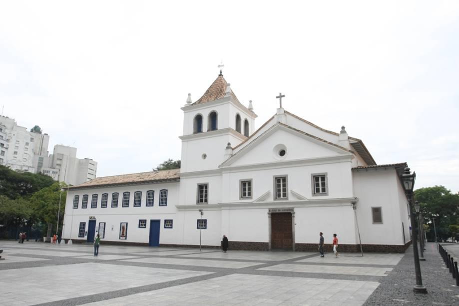 """<a href=""""http://viajeaqui.abril.com.br/estabelecimentos/br-sp-sao-paulo-atracao-pateo-do-collegio"""" rel=""""Pateo do Collegio""""><strong>Pateo do Collegio</strong></a><br />    A construção já não é a mesma de 1554, quando foi criada a escola de jesuítas que deu origem a São Paulo. Daquela época, só resta uma parede de taipa de pilão, de 1585. O Museu e a Capela Padre Anchieta foram erguidos em 1979, após o edifício ter servido de Palácio dos Governadores (a partir de 1765) e de Secretaria da Educação do Estado de São Paulo (a partir de 1932). O legado histórico reside no local de fundação da capital paulistana e no acervo do museu, composto de quase 700 objetos, entre os quais estão as relíquias do beato numa sala da igreja, a maquete da cidade no século 16 e obras de arte sacra."""