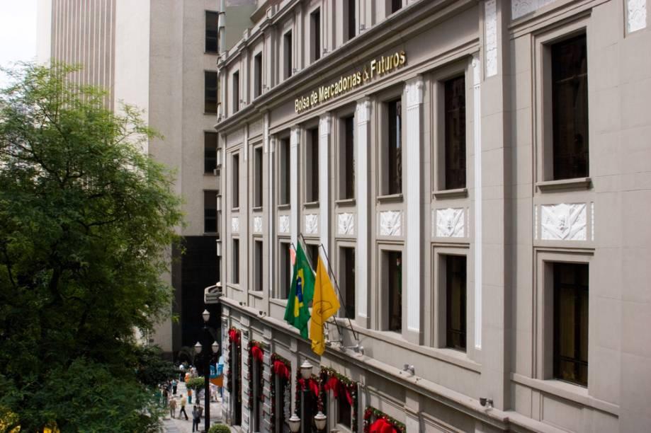 <strong>Bolsa de Valores de São Paulo</strong><br />    O prédio de estilo neoclássico tardio remonta à década de 1940 e foi adquirido pela Bovespa em 1986. Por dentro, as escadas são feitas de mármore italiano, e o prédio está recheado de obras de arte e móveis clássicos. A Bolsa de Mercados e Futuros Bovespa é aberta a visitas de segunda a sábado, das 10h às 17h, e a atendimento a grupos agendados de mais de 20 pessoas. Os visitantes têm acesso ao Cinema 3D, ao Centro de Memória, à boutique e ao Café da Bolsa.