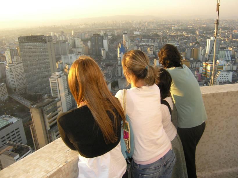 <strong>Torre do Banespa</strong><br />    Inspirado no Empire State Building, o arranha-céu chamado Edifício Altino Arantes - conhecido como torre do Banespa, tem 161 metros de altura, 35 andares e 14 elevadores. Inaugurado em 1947, foi considerado por 20 anos o prédio mais alto de São Paulo. Hoje o espaço é sede do Santander Cultural, e o mirante do prédio proporciona uma vista de 360º a até 40 km, de onde é possível avistar a Sé, o Mosteiro de São Bento, o Viaduto do Chá e, no horizonte, a Serra da Cantareira, o Pico do Jaraguá e as antenas da Avenida Paulista. Para subir, é necessário apresentar documento com foto, e o tempo de permanência no mirante é limitado a cinco minutos por grupo.