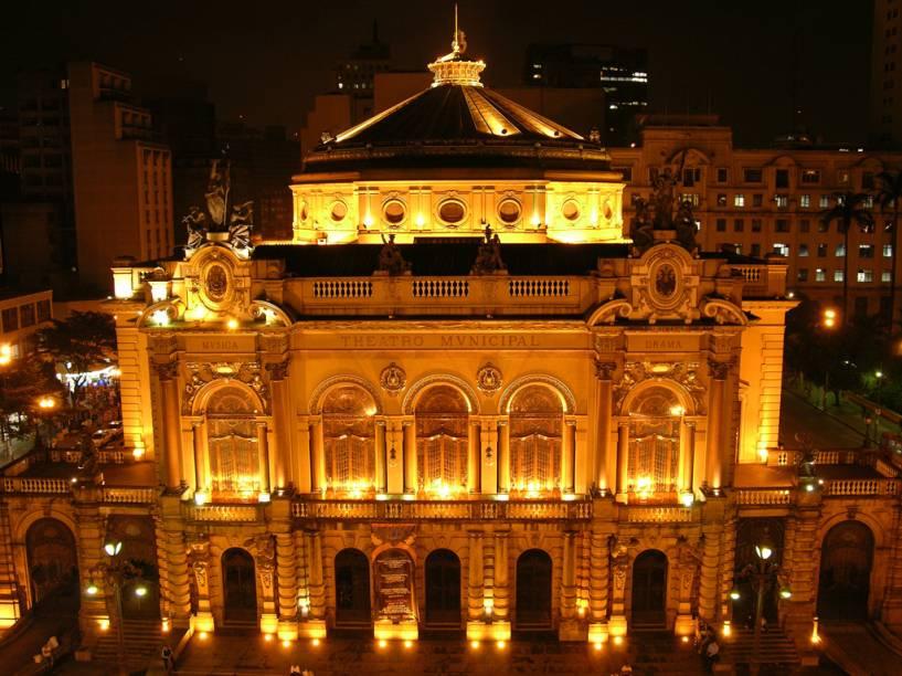 """<a href=""""http://viajeaqui.abril.com.br/estabelecimentos/br-sp-sao-paulo-atracao-theatro-municipal"""" rel=""""Theatro Municipal""""><strong>Theatro Municipal</strong></a><br />    É um ícone do Centro da cidade, com fachada inspirada na Ópera de Paris. O teatro foi projetado em 1911, por Ramos de Azevedo e os italianos Cláudio e Domiziano Rossi, para receber a elite paulistana. Abrigou a Semana de Arte Moderna em 1922, movimento que buscou renovar a cultura brasileira com a arte modernista. Por fora, o prédio exibe traços renascentistas barrocos do século XVII. Em seu interior, essas características são acompanhadas de vitrais, mosaicos e de um lustre com 7 mil cristais belgas. É a sede da Orquestra Sinfônica Municipal e do Balé da Cidade de São Paulo. Em 2011, o Theatro Municipal de São Paulo completa 100 anos."""