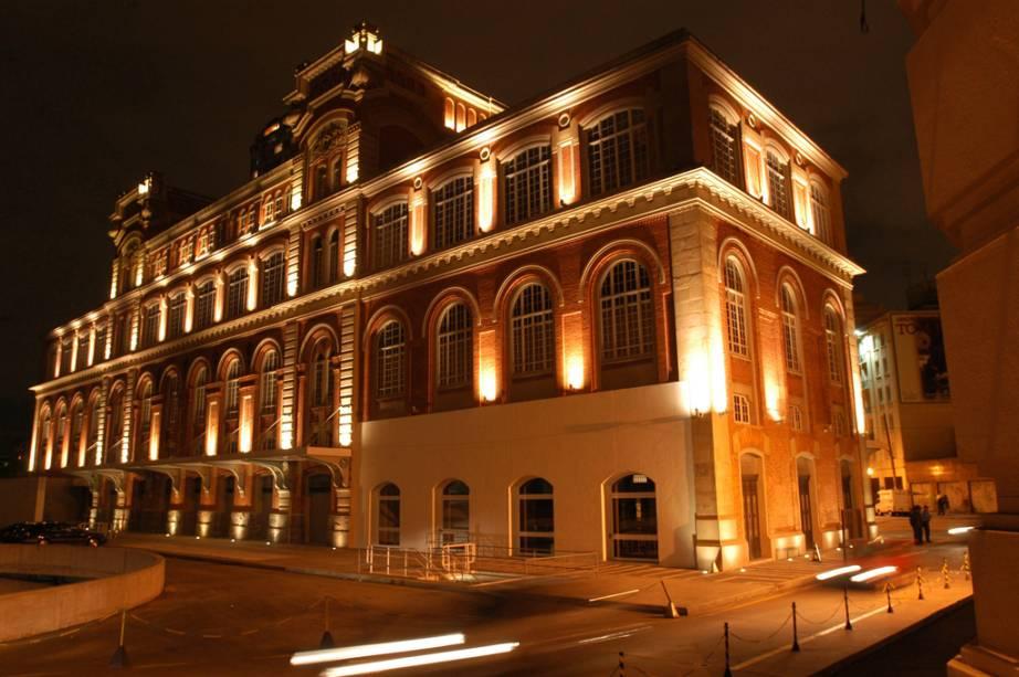 """<a href=""""http://viajeaqui.abril.com.br/estabelecimentos/br-sp-sao-paulo-atracao-estacao-pinacoteca"""" rel=""""Estação Pinacoteca""""><strong>Estação Pinacoteca</strong></a><br />    <br />    Fica a poucas quadras do prédio da Pinacoteca e exibe o rico acervo da Coleção Nemirovsky, com quadros do quilate de <em>Antropofagia</em>, de Tarsila do Amaral, e boas exposições temporárias. O prédio foi construído em 1914, em 1939 abrigou o Departamento Estadual de Ordem Política e Social (Deops) de São Paulo e em 1999 foi tombado patrimônio cultural pelo Condephaat.<em></em>"""