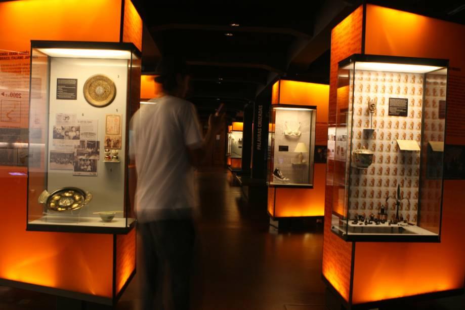 """<a href=""""http://viajeaqui.abril.com.br/estabelecimentos/br-sp-sao-paulo-atracao-museu-da-lingua-portuguesa"""" rel=""""Museu da Lígua Portuguesa""""><strong>Museu da Lígua Portuguesa</strong></a><br />    Antigo por fora e moderno por dentro, trata-se de um verdadeiro planetário das palavras revestido pela Estação da Luz, patrimônio histórico do século 19. No segundo andar, há uma exposição de painéis com um pouco da história do edifício sede da Estação e da restauração feita antes da implantação do museu. Planejado durante três anos por uma equipe de 35 profissionais, ele abusa de tecnologia digital e de jogos interativos que brincam com as palavras para transformar o aprendizado em uma atividade lúdica."""