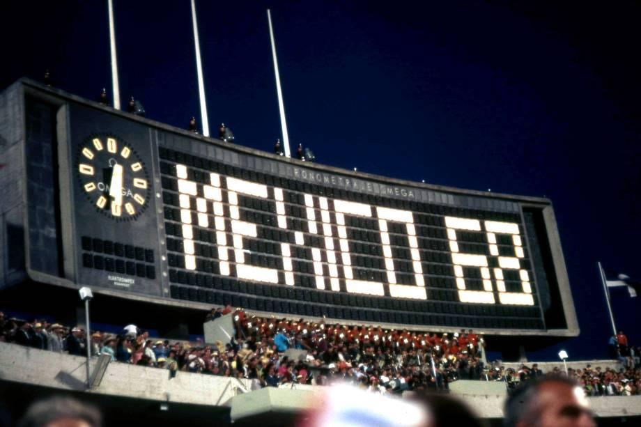 """<strong>16.<a href=""""http://viajeaqui.abril.com.br/cidades/mexico-cidade-do-mexico"""" target=""""_blank"""" rel=""""noopener"""">Cidade do México</a>, <a href=""""http://viajeaqui.abril.com.br/paises/mexico"""" target=""""_blank"""" rel=""""noopener"""">México</a>, 1968</strong> Enfim as Olimpíadas davam o ar da graça na América Latina. A tocha olímpica percorreu o mesmo trajeto de Cristóvão Colombo quando chegou à América: saiu da <a href=""""http://viajeaqui.abril.com.br/paises/espanha"""" target=""""_blank"""" rel=""""noopener"""">Espanha</a>, passou pelas <a href=""""http://viajeaqui.abril.com.br/paises/bahamas"""" target=""""_blank"""" rel=""""noopener"""">Bahamas</a>, até chegar ao México, onde ardeu a pira no Estádio Olímpico (foto)"""