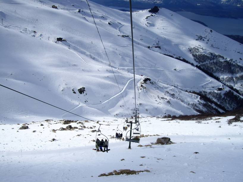 """<strong><a href=""""http://viajeaqui.abril.com.br/estabelecimentos/ar-bariloche-atracao-cerro-catedral"""" rel=""""Cerro Catedral"""" target=""""_blank"""">Cerro Catedral</a>, <a href=""""http://viajeaqui.abril.com.br/cidades/ar-bariloche"""" rel=""""Bariloche"""" target=""""_blank"""">Bariloche</a>, <a href=""""http://viajeaqui.abril.com.br/paises/argentina"""" rel=""""Argentina"""" target=""""_blank"""">Argentina</a></strong>                A estação mais queridinha entre os brasileiros é Cerro Catedral. Isso porque ela se localiza em Bariloche, um dos destinos mais visitados da Argentina. Justamente pela popularidade, é ela que oferece a maior estrutura de todo o país: são 53 pistas - a grande maioria com níveis intermediário e avançado - e 39 meios de elevação!"""