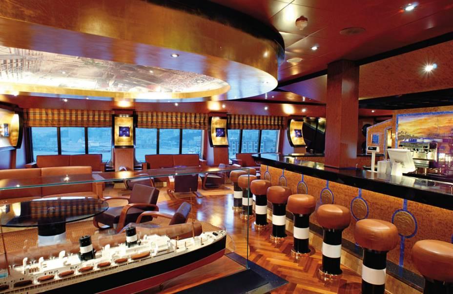 Interior de um dos 11 bares do navio
