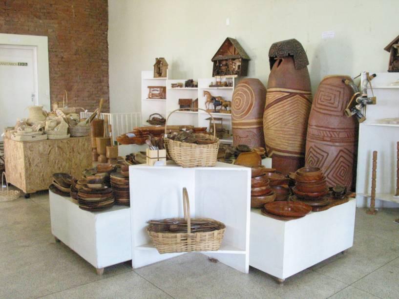 Os animais do pantanal, em gesso e cerâmica, são os itens mais populares da Casa do artesão